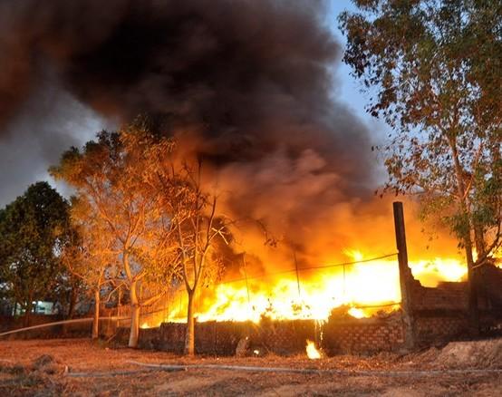 Cháy lớn vựa phế liệu ở Quận 9, TPHCM
