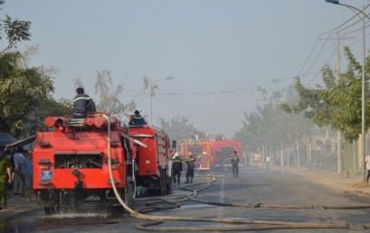 Cháy lớn tại xưởng sản xuất giấy vệ sinh Quận 12, TPHCM